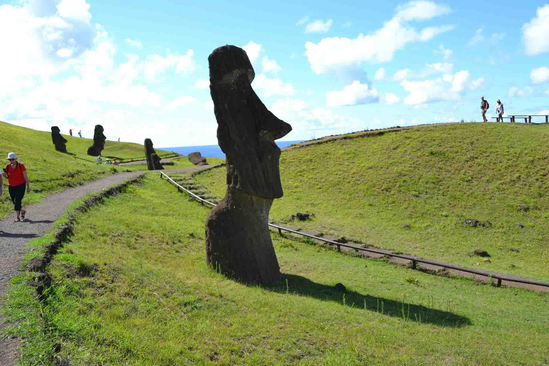 Las esculturas de los Moai son una atracción turística desde Chile